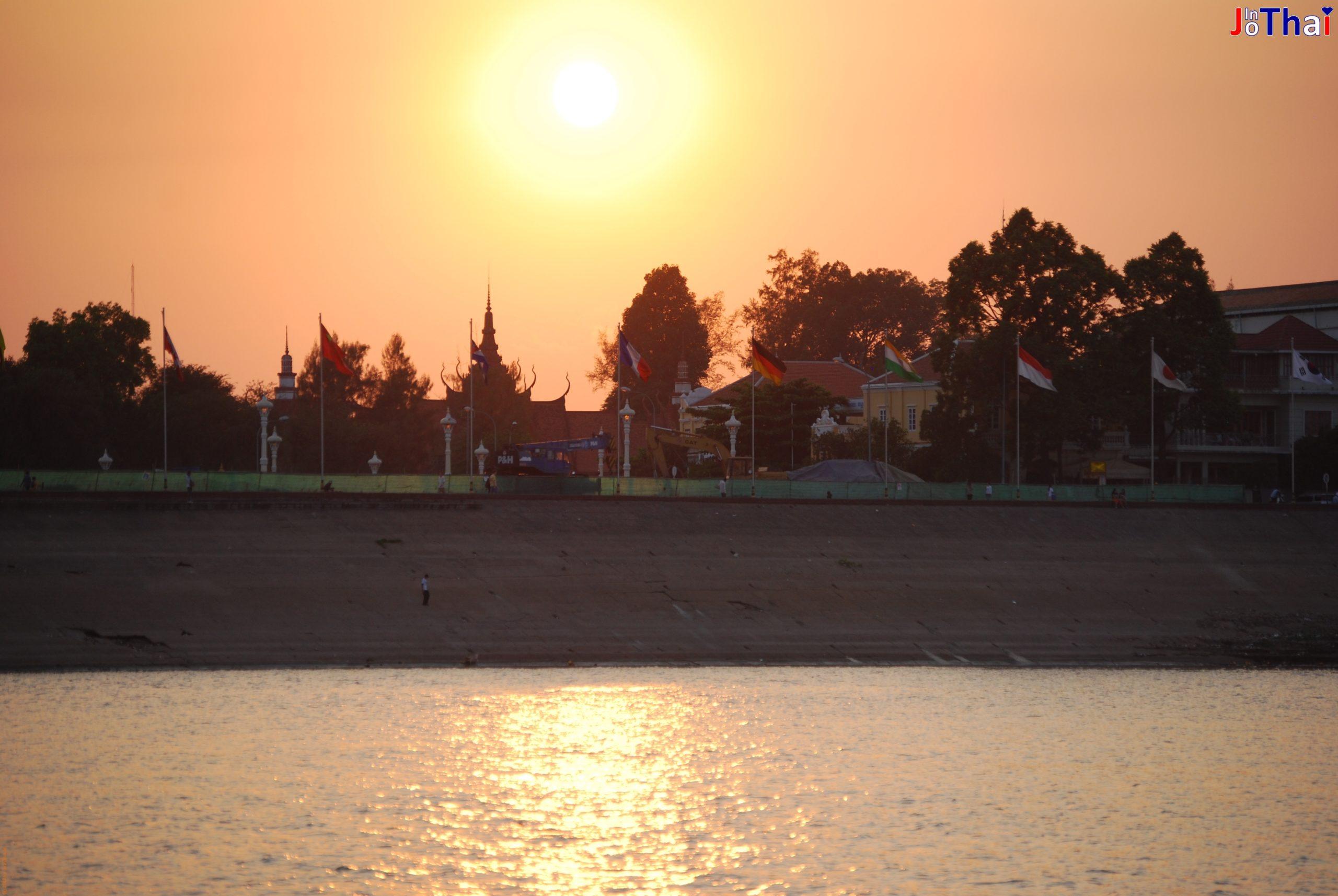 Skyline von Phnom Penh vom Mekong Richtung Riverside