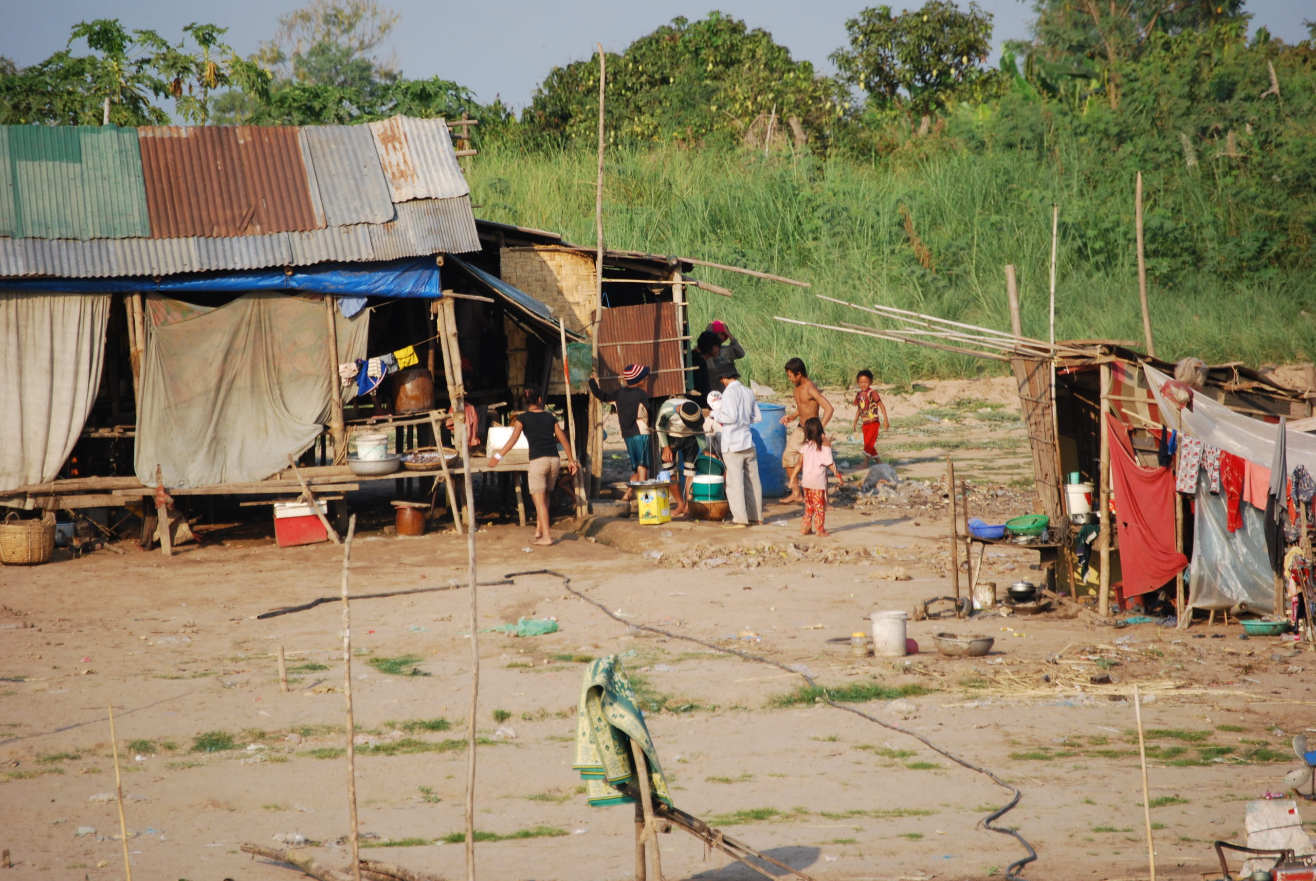 Hütte eines Fischers samt Familie am Tonle Sap in Phnom Penh - Cambodia