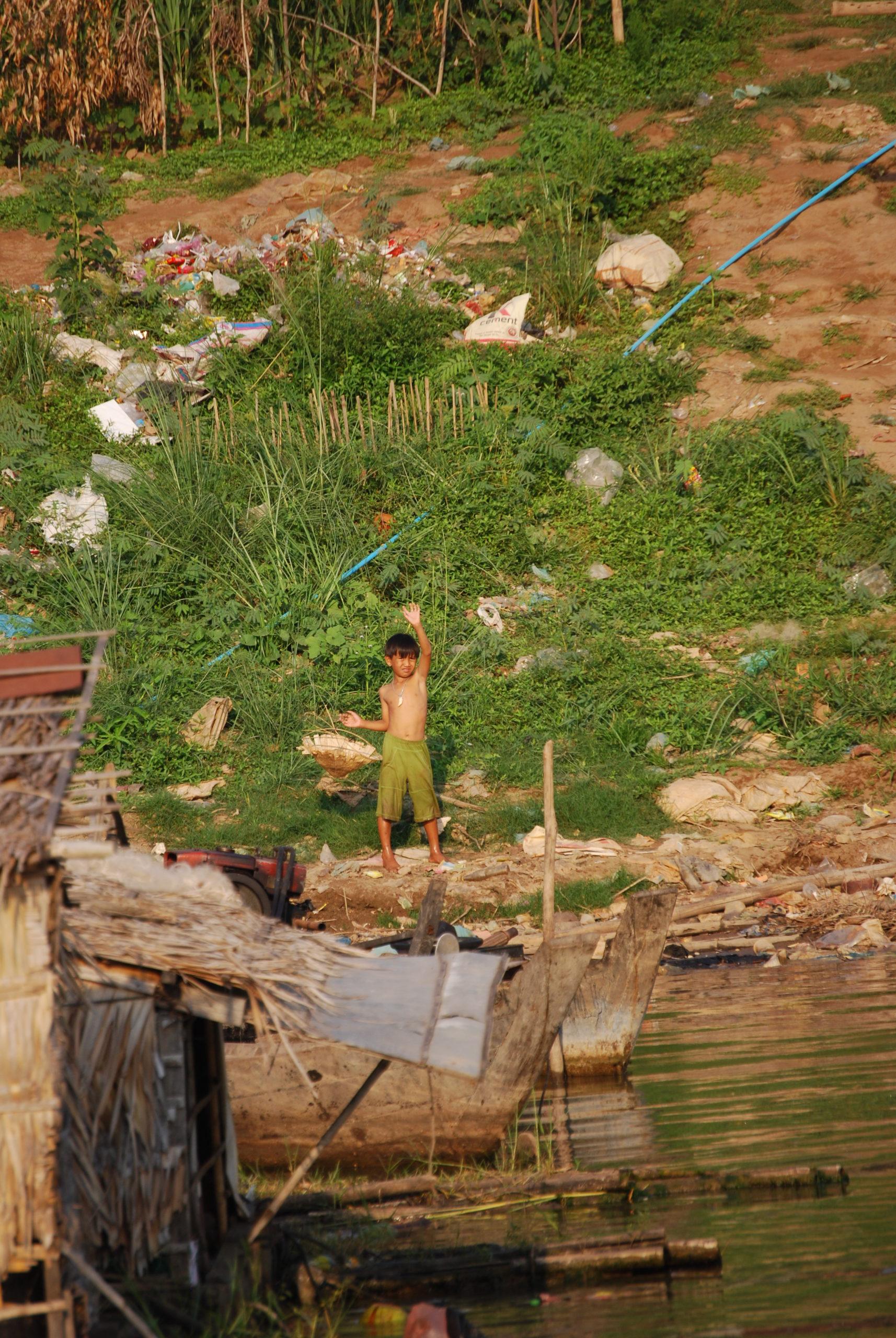 Kind winkend am Mekong in Phnom Penh - Cambodia