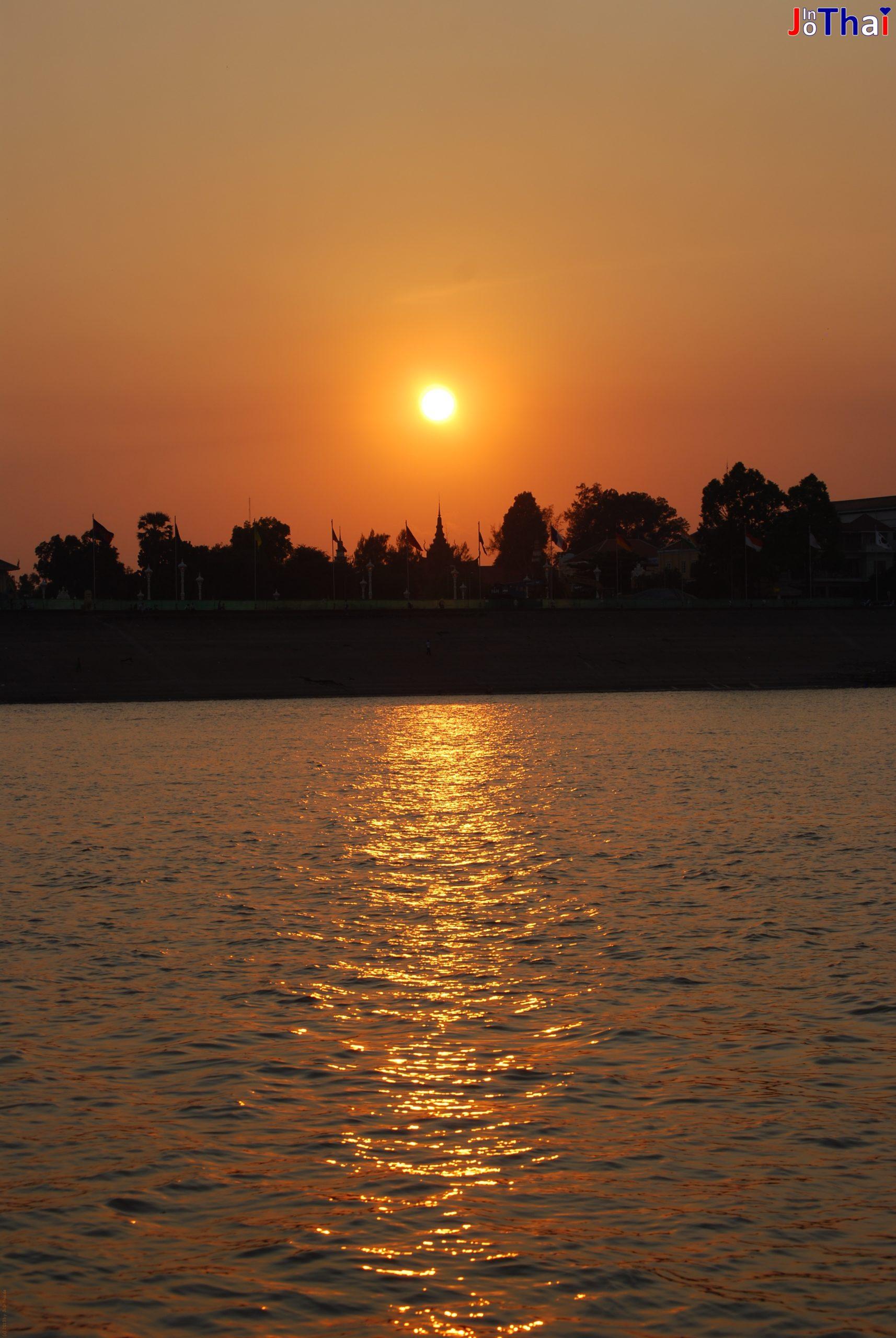 Sonnenuntergang in Phnom Penh vom Tonle Sap aus aufgenommen - Cambodia