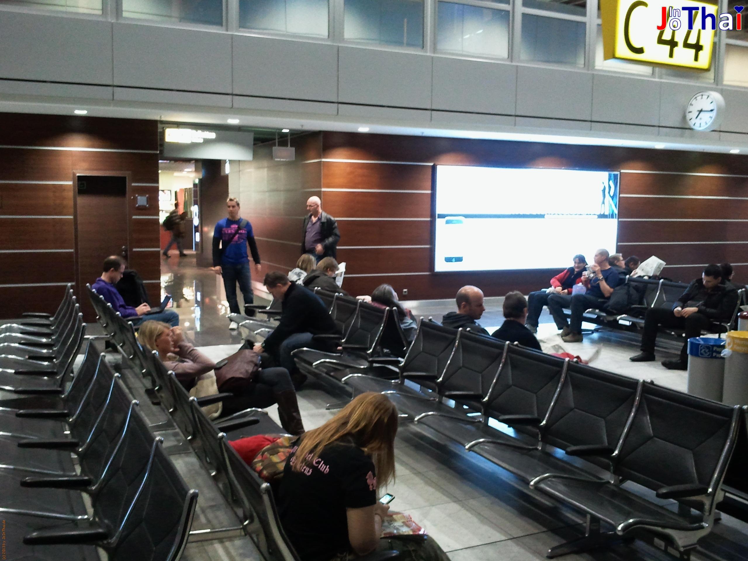 Warten am Gate 44 - Flughafen Düsseldorf