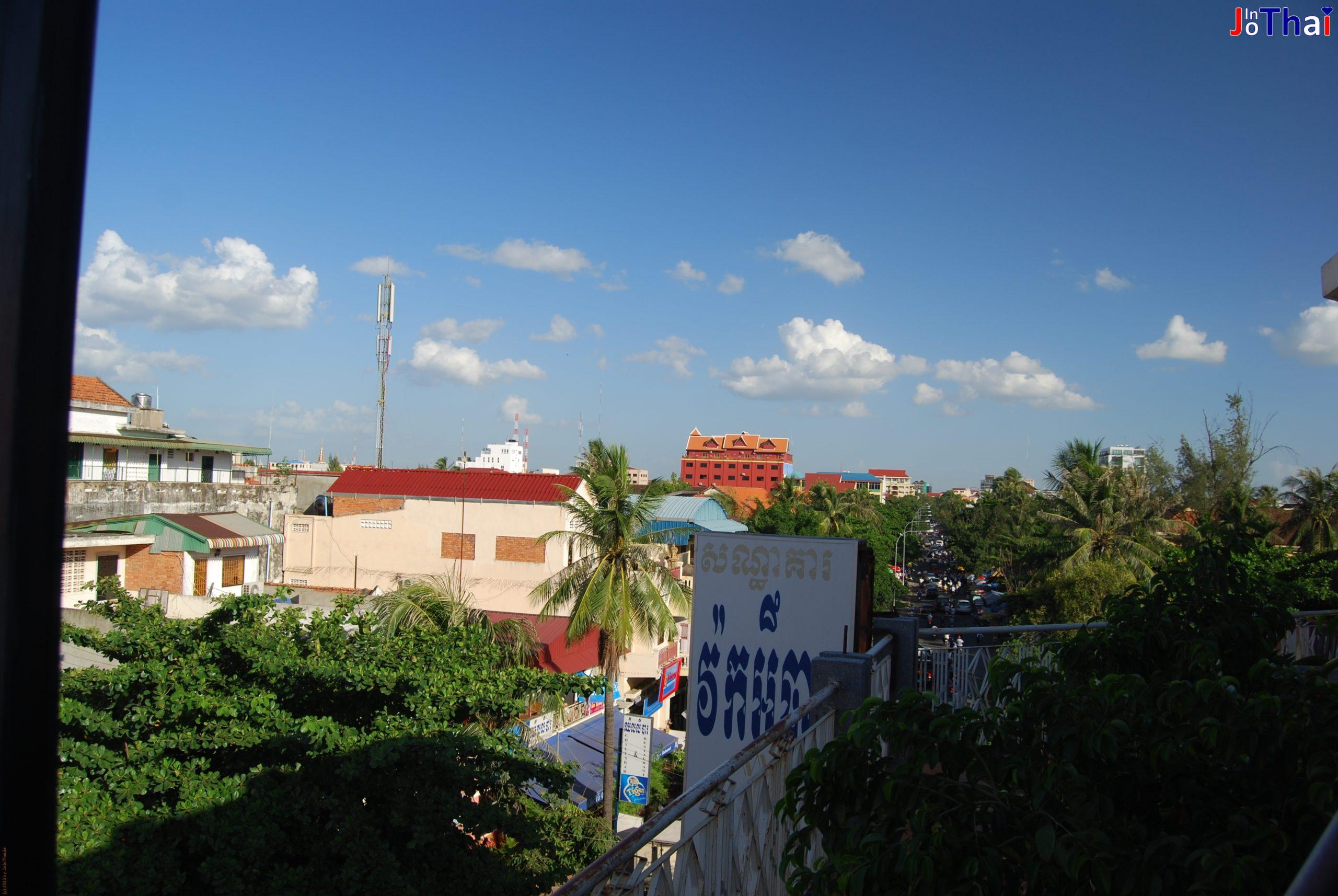 Aussicht von meiner eigenen Terrasse des Walkabout Hotel - Phnom Penh in Kambodscha